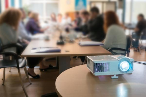 Business Beamer: High-End Modell für das Büro oder Mini Beamer für den Einsatz vor Ort